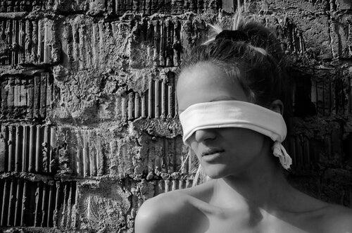 gözleri bağlanıp duvarın önünde dikilen kadın