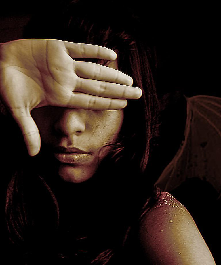 gözlerini kapayan kadın
