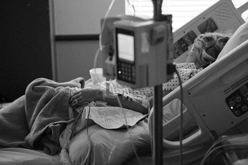 hastane yatağında yatan kadın