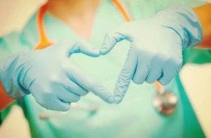 elleri ile kalp işareti yapan hemşire