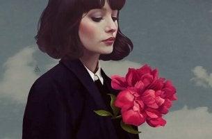 ellerinde çiçekler olan kadın