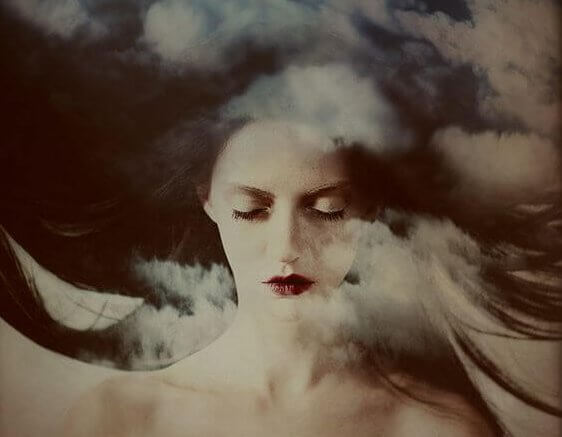 kadın dalgalar ve bulutlar arasında yatıyor