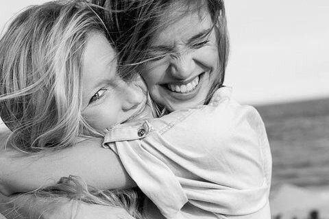 mutlu mesut birbirine sarılan kadınlar