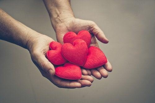 bir avuç dolusu kırmızı kalpler