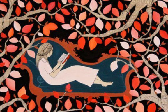 dallar ve yapraklar arasında kitap okuyan kadın