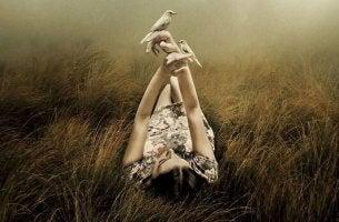 uzanmış elinde kuş olan kız