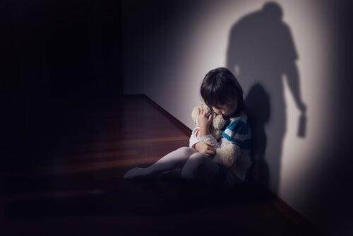 babasından korkmuş kız çocuğu