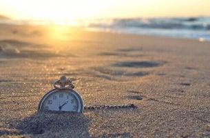 kumsala düşmüş cep saati