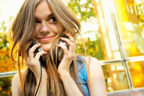 müzik dinleyen mutlu kadın