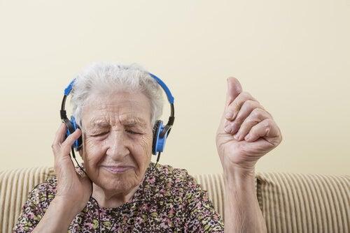 müzik ve mutlu büyükanne