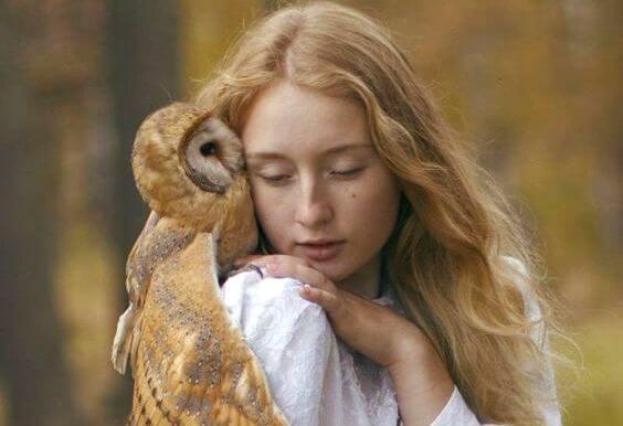 genç kız ve baykuş