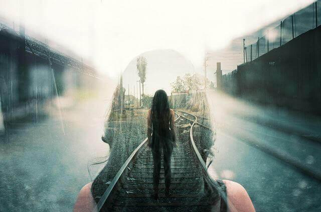 tren raylarının üstünde duran kadın