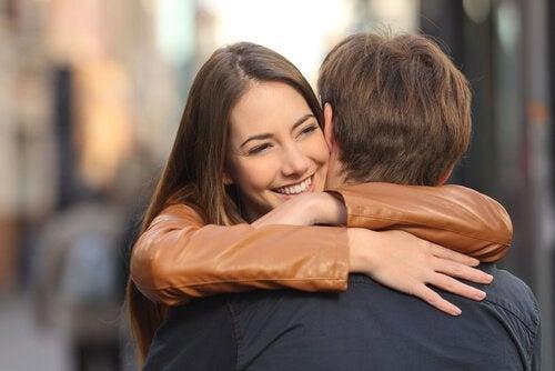 mutlu bir biçimde birbirine sarılan çift