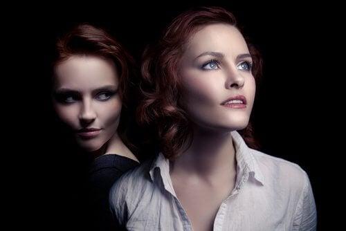 biri sinsi diğeri umutlu iki kadın