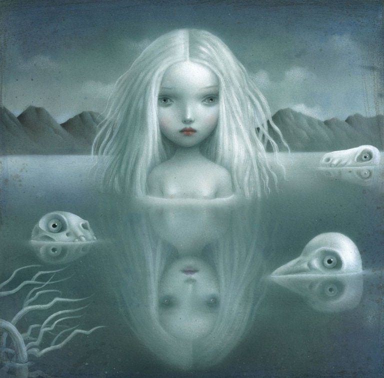 hayvan kafaları ile suda duran kız