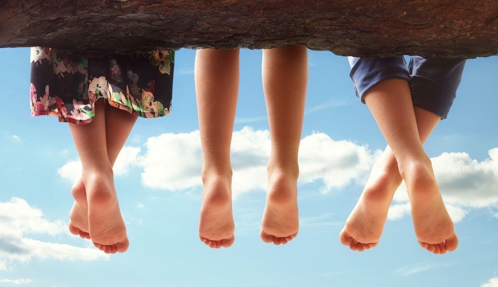 ayaklarını sarkıtmış üç çocuk
