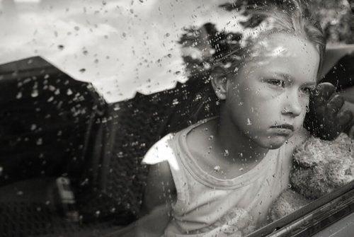 yağmuru izleyen çocuk