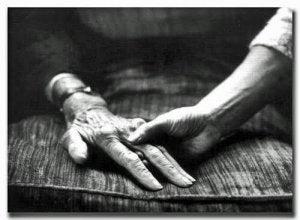 yaşlı ebeveynin elini tutmak