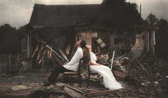 yanmış ev ve çift