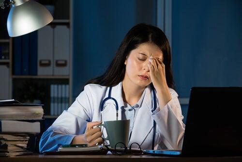 gece çalışan doktor