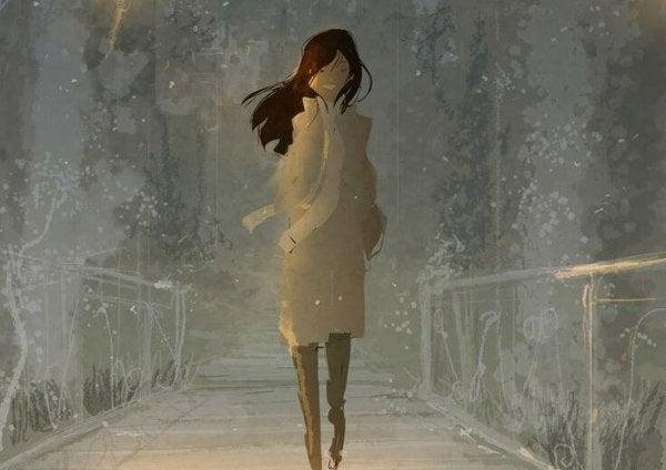 montla yürüyen kadın