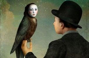 adamın elinde maskeli baykuş var