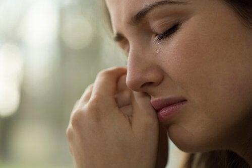 ağlayan üzgün kadın