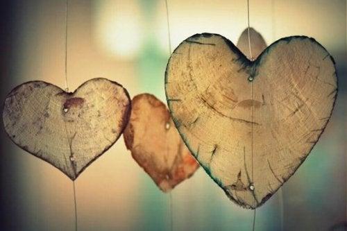 asılı ahşap kalpler