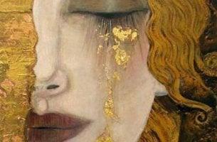 altın göz yaşları döken kadın