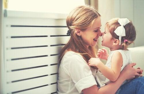 anne ve kucağındaki çocuk