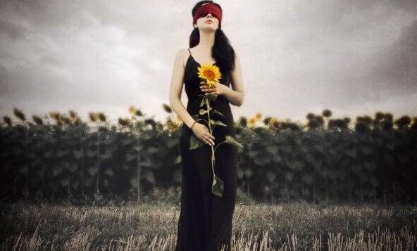 ayçiçeği tutan kişi