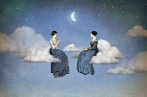 bulutların üstünde oturan iki arkadaş