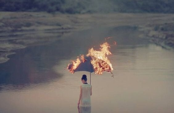 yanan şemsiyeli kadın