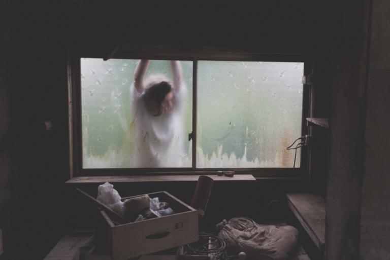 pencere arkasındaki kaadın