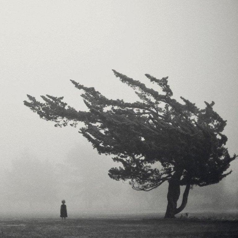 fırtınada duran insan