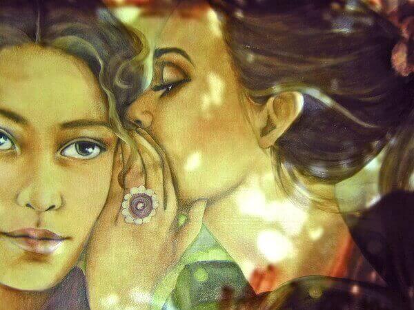 fısıldaşan iki kadın