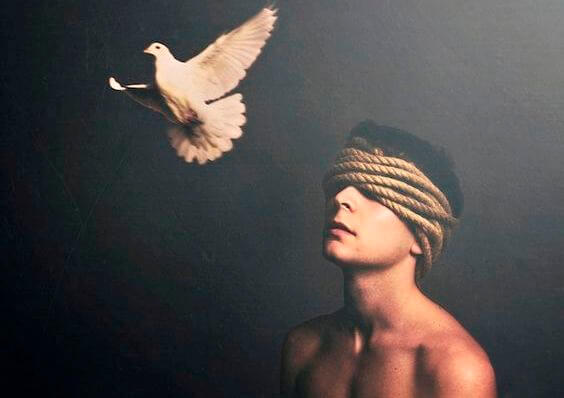 kuş ve gözleri bağlı adam