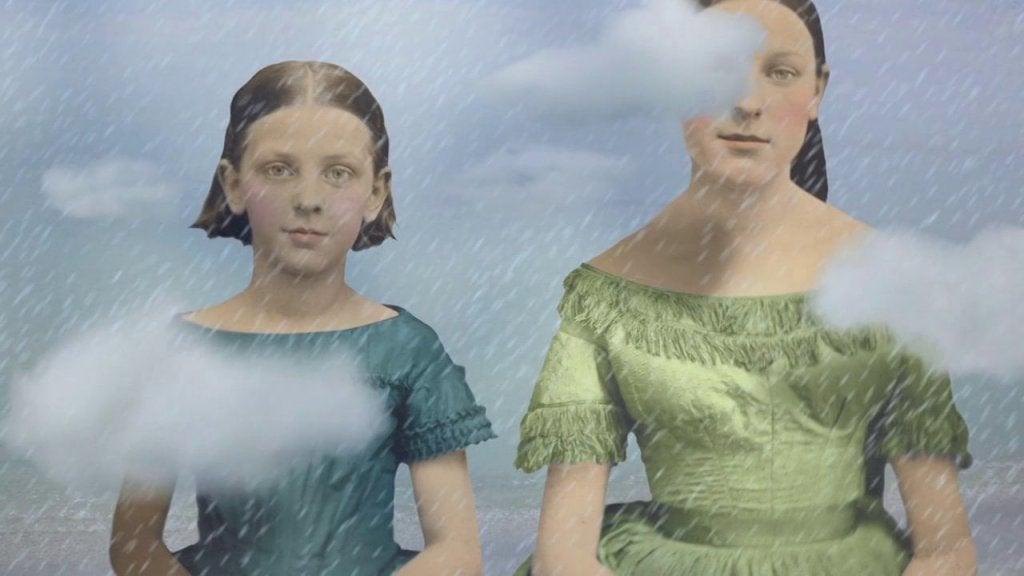 iki kadın yağmur altında poz veriyor