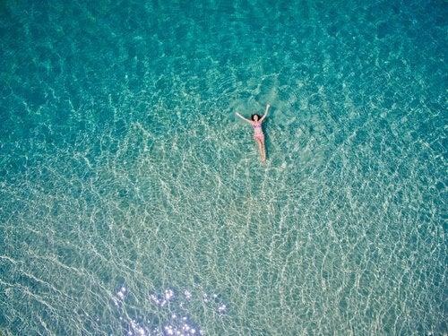 denizde yüzen kadın