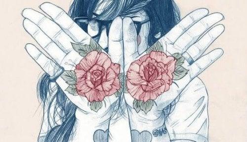 kadının ellerinde güller var