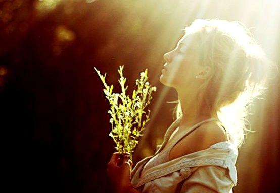 güneş ışığında duran kadın
