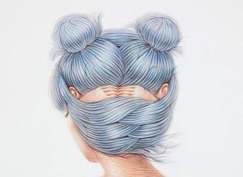 mavi saçlı kadın içine kapanık