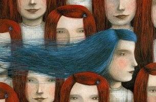 mavi ve kızıl saçlı kadınlar