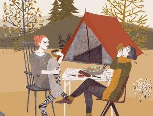 kampta yemek yiyen çift