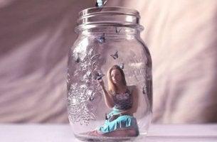 kavanozdaki üzgün kadın ve kelebekler