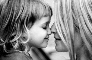 küçük kız ve annesi