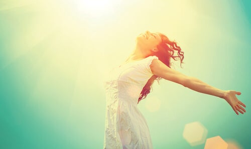 güneşlenen mutlu kadın