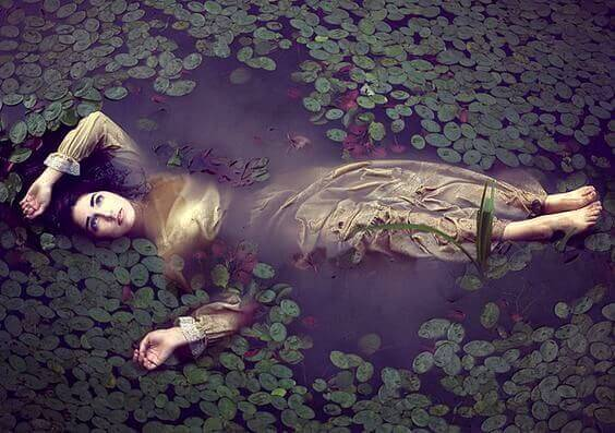 gölde yatan kadın