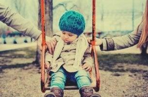 parkta anne ve babası ile oynayan çocuk