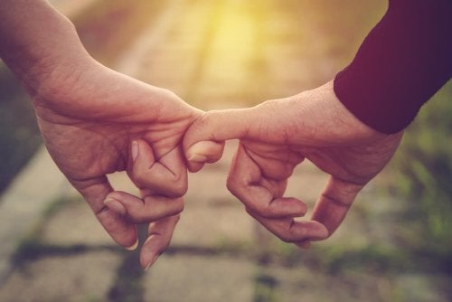parmakları ile birbirine tutuşan çift
